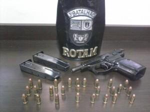 Arma e munições apreendidas pela PM.