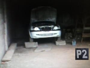 Carro estava escondido em uma propriedade rural.
