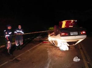 Vítima foi arremessado do carro, após capotar várias vezes. Foto: Marcos Ferreira