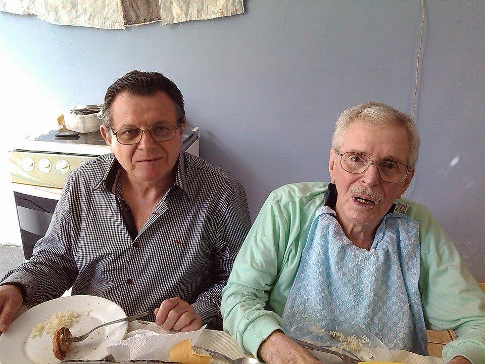 Na foto, Agenor aparece a direita ao lado do filho, o empresário Celso Almeida. Foto: Reprodução Facebook