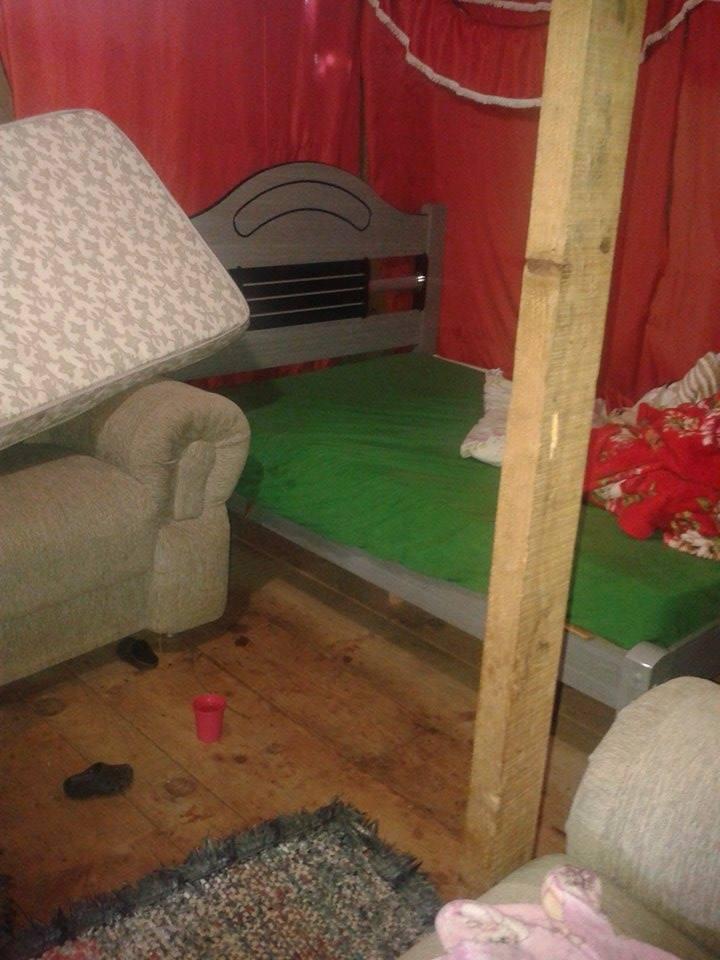 Bebê dormia com ama~e nessa cama quando foi baleado.