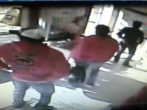 Imagens dos ladrões no interior da agência.Foto: PM de Xanxerê/SC