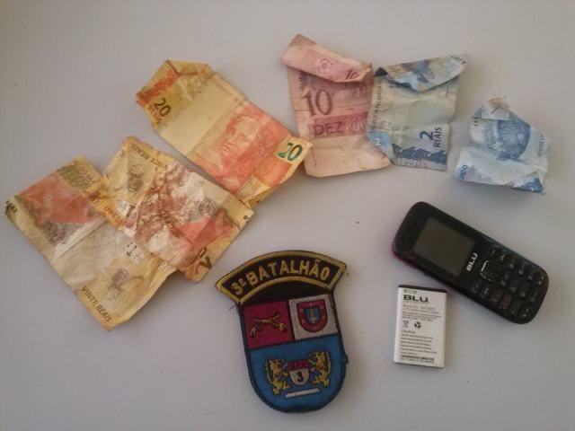 Dinheiro e celular roubados da vítima foram recuperados. Foto: PM