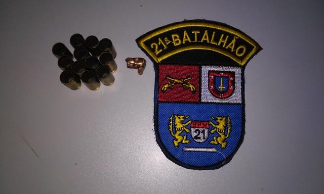 Estojos de munição 9mm e contrados no local dois disparos. Foto: Evandro Artuzi