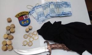 Dinheiro roubado foi recuperado e faca usada no assalto apreendida. Foto: Evandro Artuzi