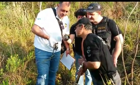 Perito do IC e policiais civis analisam a arma encontrada. Foto: Polícia Civil
