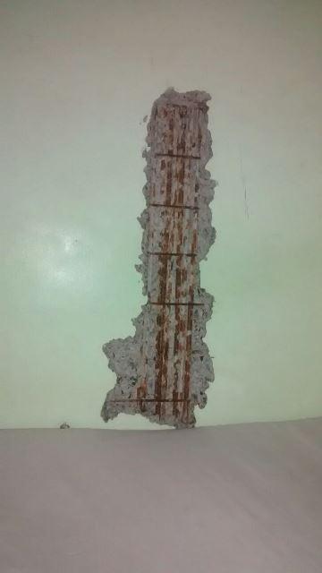 Dano causado na estrutura de um cubiculo.