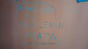 Frase escrita pelo preso na parede do cubículo.
