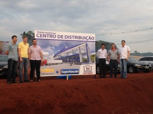 Prefeito Lessir e diretores da Rede Forte no local onde será construído Atacadão. Foto de divulgação