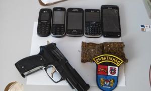 Celulares, maconha e réplica de pistola, tudo encontrada na casa do acusado.