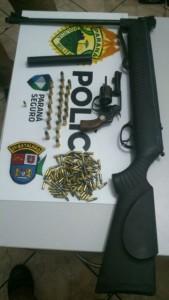 Armas e munições encontradas na casa do suspeito. Foto: Polícia Militar