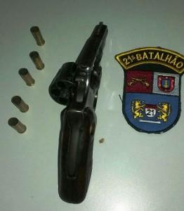 Revólver abandonado pelo autor dos disparos.