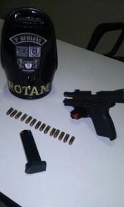 Junto com a arma foi apreendido um carregador com 14 cartuchos.
