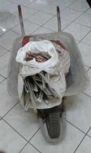 Carrinho de mão e fios de cobre. Foto: Polícia Militar
