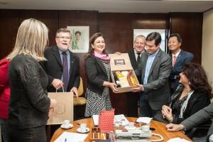 Kátia Abreu recebeu um kit com produtos colonias da região sudoeste. Foto: Patrícia Soranso