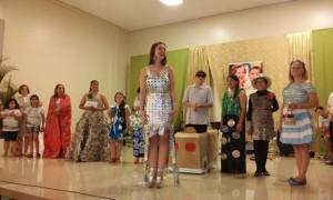 Jéssica Wust vestindo o vestido feito a partir de caixas de leite. Foto; Evandro Artuzi