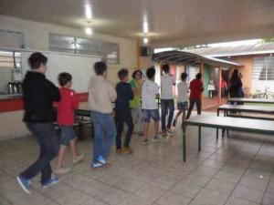 Alunos sendo orientados para a evacuação da escola. Foto de divulgação