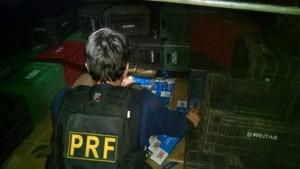 Cigarro estava escondido sob caixas plásticas. Foto: PRF