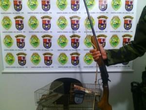 Espingarda calibre 40, apreendida junto com os pássaros. Foto de divulgação