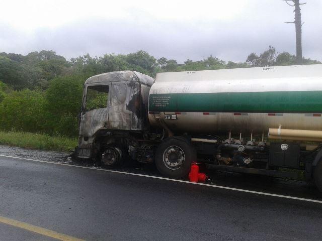 Ação rápida da Defesa Civil evitou o incêndio do combustível. Foto reproduzida do WhatsApp