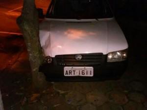 Carro teve a lateral direita e uma roda danificada. Foto: Queiroz