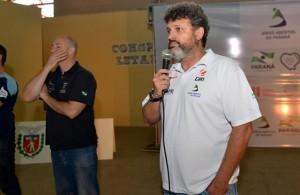 No refeitório, o coordenador técnico dos jogos, Richarde Cesar Salvador, pede um minuto de silêncio em homenagem ao Gringo. Foto: Assessoria JAPs