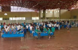 Atletas e dirigentes presentes no refeitório durante um minuto de silêncio. Foto: Assessoria