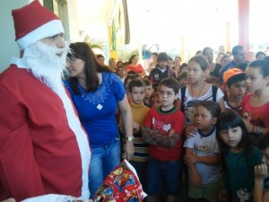 Papai Noel fazendo a entrega de presentes na campanha de 2014. Foto: Arquivo Correios FB