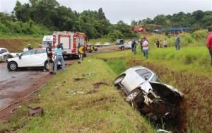 Hilux caiu dentro de uma vala as margens da rodovia. Foto: Adenir Brocco (Diário do Sudoeste)