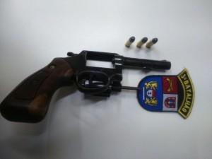 Revólver calibre 38 estava municiado com três munições. Foto: Polícia Militar