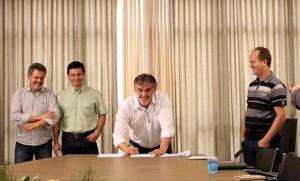 Eduardo Scirea, prefeito em exercício, durante assinatura do contrato de concessão. Foto de divulgação
