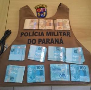Parte do dinheiro furtado foi recuperado pela PM. Foto: Polícia Militar