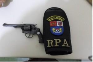 Revólver calibre 32 apreendido com o acusado. Foto: Polícia Militar