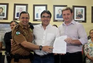 Ten. Coronel Samir Wassouf (21º BPM), prefeito Neto e delegado Valderez Scalco (19ª SDP). Foto de divulgação