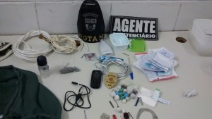 Droga e demais objetos encontrados com os detentos. Foto de divulgação