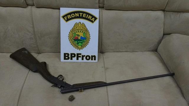 Espingarda apreendida com os suspeitos. Foto: Divulgação BPFron