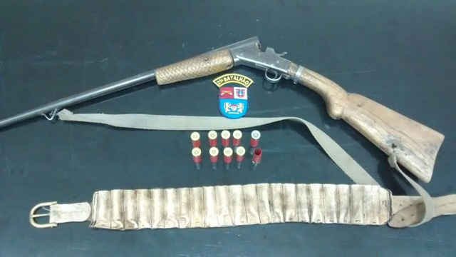 Arma usada no crime foi apreendida. Foto: Polícia Militar