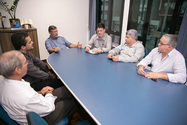 Assis reunido com o representante da Justiça Federal e lideranças locais. Foto de divulgação