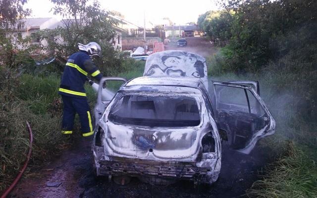 Carro ficou completamente destruído. Foto: Damo de Alencar/ Rádio Itapuã