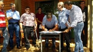 Deputado Assis assina o termo de entrega dos equipamentos. Foto: Assessoria prefeitura