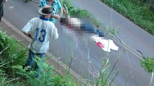 Corpo ficou no meio da rodovia Pr-592. Foto: Bruno Souza