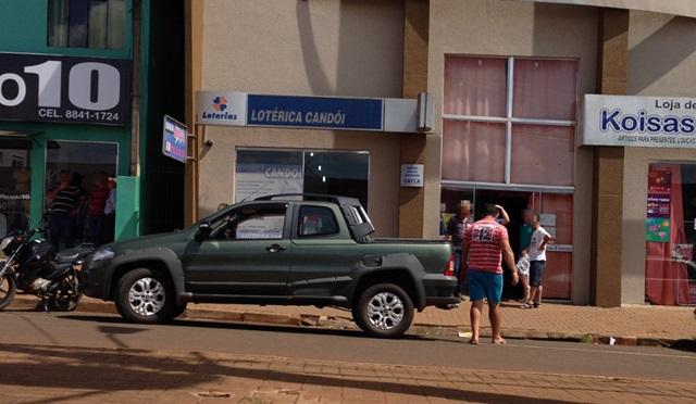 Strada roubada foi abandonada em frente a lotérica. Foto: Portal Candói