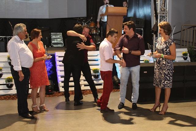 Momento da revelação dos vencedores no sertanejo, acompanhado pelo Celso, Alaídes e Cleudete Drancka, diretora de Educação. Foto de divulgação