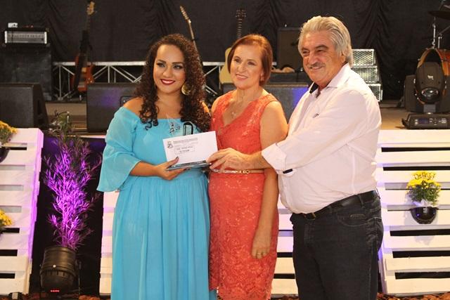 Fernanda Paula recebe o prêmio de 1º lugar no popular das mãos de Pilonetto e da primeira-dama Alaídes . Foto de divulgação