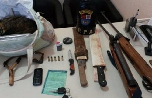 Armas apreendidas e animal abatido. Foto: Polícia Militar