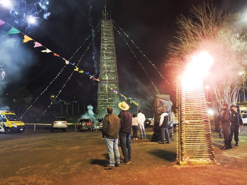 A fogueira de São João é considerada uma das maiores do Brasil / Foto: Francione Pruch (Arquivo)