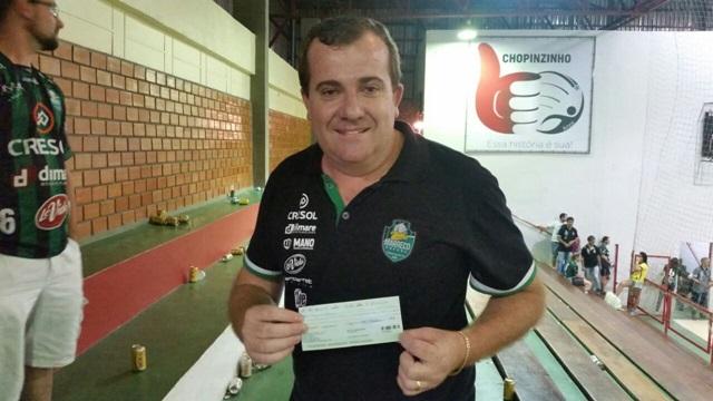 Cláudio Bonetti, diretor do Cresol/Marreco exibe o cheque de R$ 10 mil. Foto: Ademir Augusto