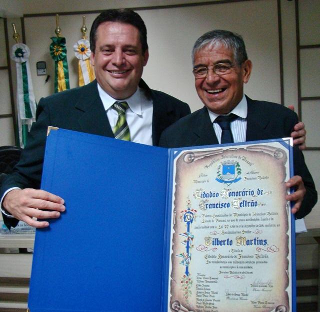 Vereador Aires Tomazonni com o homenageado, Gilberto Martins. Foto de divulgação
