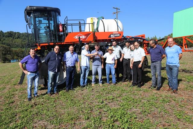 A entrega oficial da máquina agrícola para Romano e Albino Poposki foi realizada na Coasul, em Francisco Beltrão. Foto de divulgação