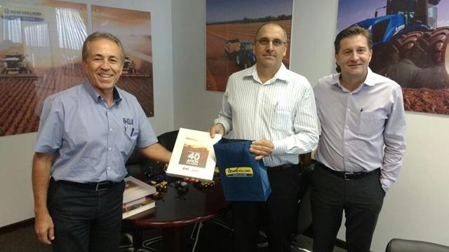 Alzemiro Thomé com representantes da New Holland. Foto de divulgação